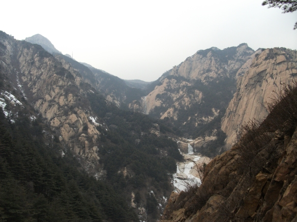Looking up the sacred mountain of Taishan (泰山)